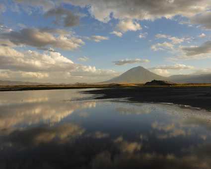 Reflet du volcan Lengai sur le lac Natron