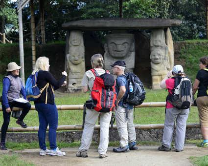 Voyageurs devant les dolmens et statues précolombiennes du parc archéologique de San Agustín