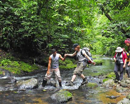 Traversée de rio dans le parc national Corcovado