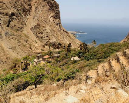 Vallée et vue sur la mer de l'île de Brava