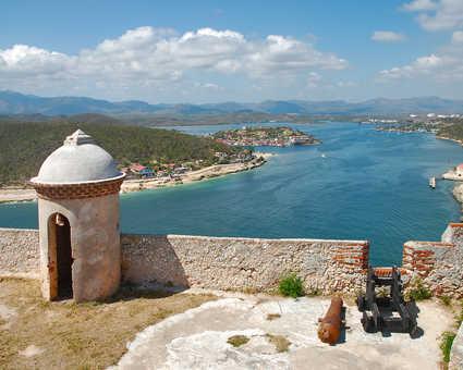 Vue sur la baie de Santiago depuis le fort Castillo del Morro