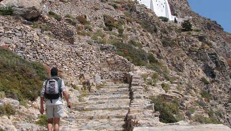 Amorgos, monastère de Panagia Chozoviotissa avec randonneur