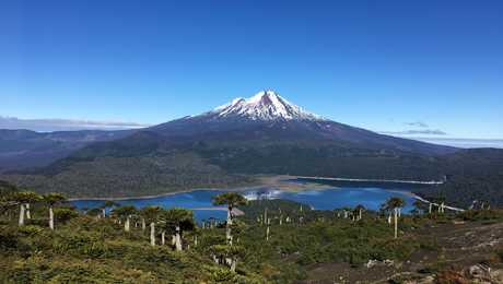 Lac et volcan dans la région de la Araucania au Chili