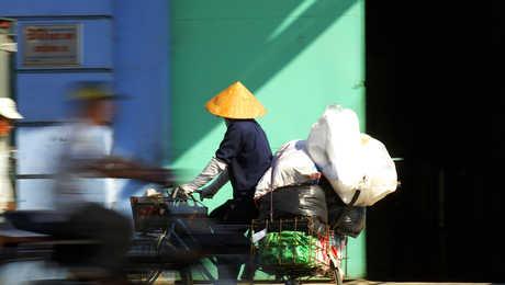 Vietnamien sur son vélo chargé de courses