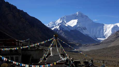 Vue sur la face nord de l'Everest depuis le monastère de Rongbuk