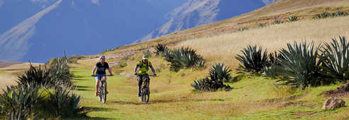 Voyageurs à vélo dans la vallée Sacrée