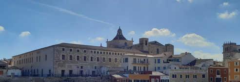 Centre ville de Mahon avec des maisons colorées, une vieille église et des palmiers