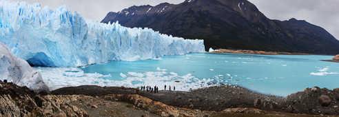 Voyageurs devant l'impressionnant Glacier Perito Moreno