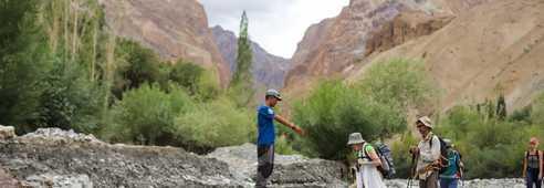 Passage de rivière avec notre guide, Lamayuru, Ladakh