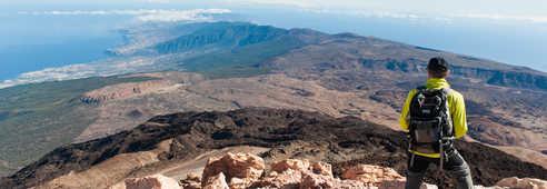 Randonneur regardant la vue panoramique de la pointe de l'île de Tenerife aux Canaries