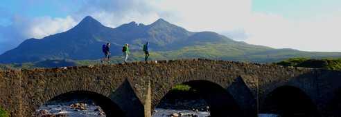 Randonneurs sur un pont en pierre en Ecosse