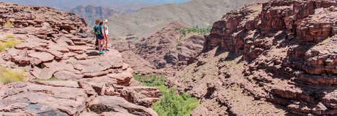 Randonneuses au dessus des gorges de Magdaz, de la vallée de la Tessaout