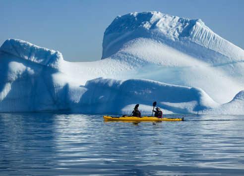 Kayak devant un iceberg au Groenland