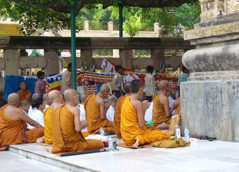 Moines priant à Bodhgaya