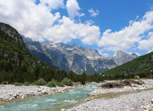 Paysage de montagnes blanches albanaises