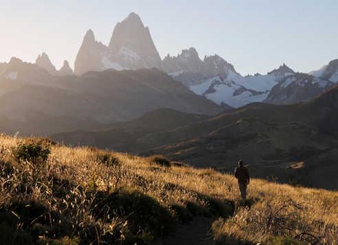 Randonneur devant le Fitz Roy en Patagonie argentine