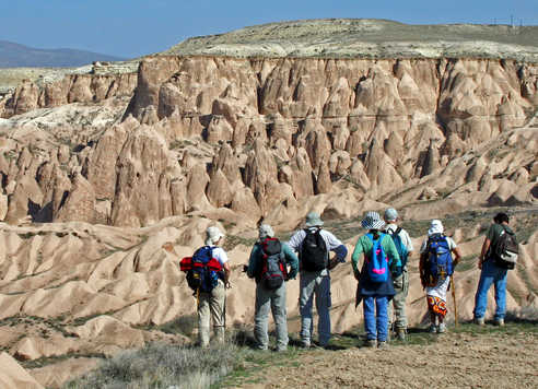 Randonneurs admirant la beauté des paysage de la Cappadoce en Turquie