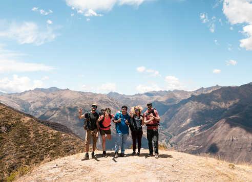 Randonneurs dans la vallée sacrée avec notre guide