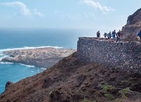 Sentiers en balcon lors de la randonnée côtière avec derrière , Ponta do Sol