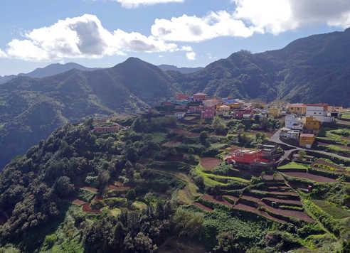 Vue aérienne des montagnes d'Anaga et d'un village