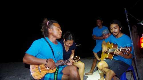 Jam improvisé sur la plage, l'équipage a le sens du rythme !