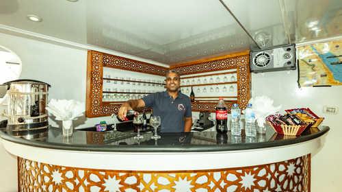 Mustafa, le salon man du Jessica, à votre service... avec le sourire !