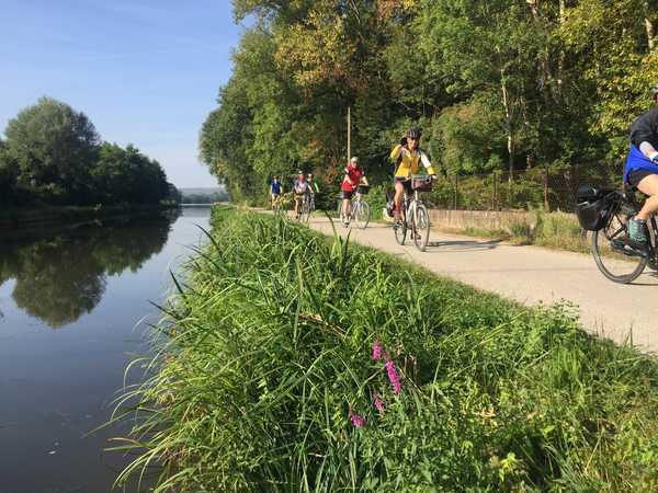 Cycliste au bord du Canal du Nivernais