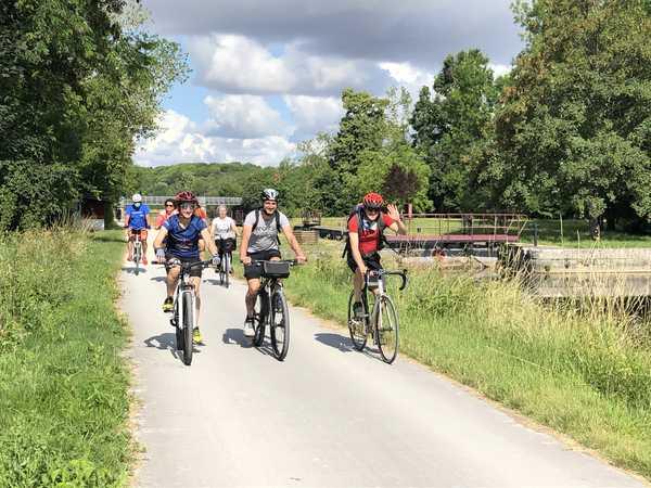 Cyclistes au bord du canal en bourgogne