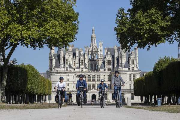 Cyclistes devant le château de Chambord