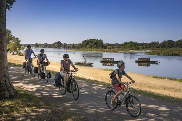 Cyclistes sur la Loire à Vélo à côté des bateaux