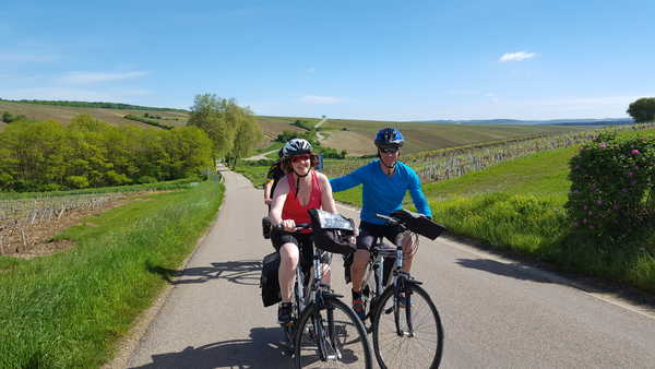 Deux personnes à vélo dans les vignoble Auxerrois