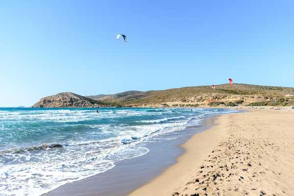 Plage de Prasonisi avec kitesurfers surfant dans les vagues (Rhodes, Grèce)