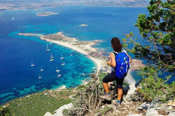 Randonneuse admirant la vue sur le chemin de Tavolara, Sardaigne
