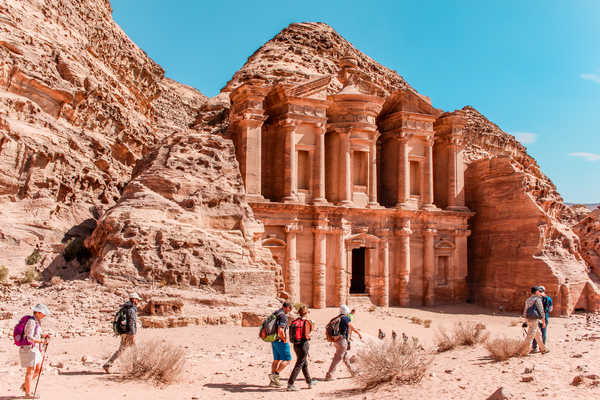 Randonneurs devant le Deir de Pétra en Jordanie
