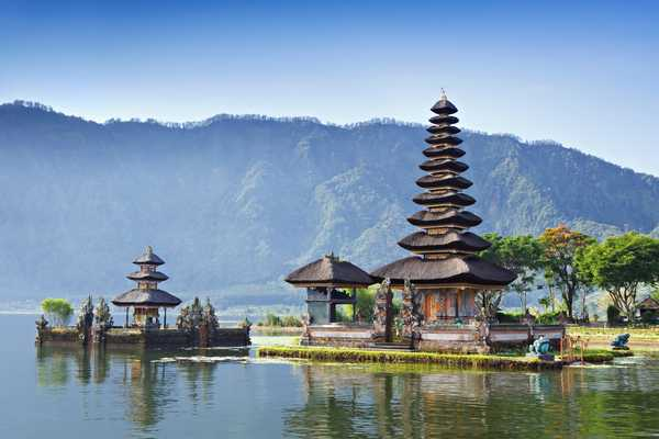 Temple balinais sur le lac à Bali