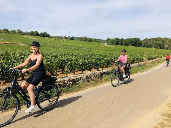 deux cyclistes aux vélos électrique dans les vignes en bourgogne sud