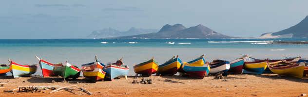 Barques de pêcheurs sur la plage de Mindelo