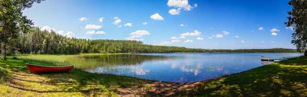 Canoë au bord d'un lac finlandais