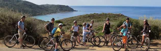 guide et son groupe famille à vélo