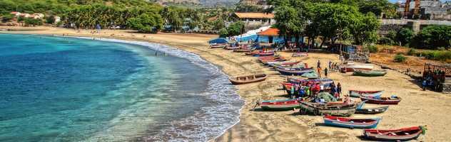 Plage et barques colorées sur l'île de Santiago