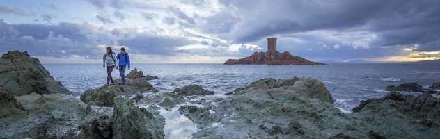 Randonnée en bord de mer devant l'île d'or à Esterel