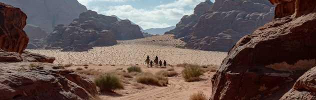 Randonneurs dans le désert du Wadi Rum en Jordanie