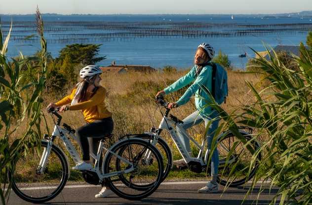 Couple à Vélo étang de Thau