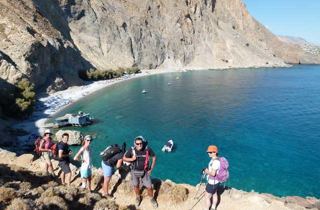 Randonneurs devant vue sur la mer, Imbros Glyka Nera Loutro