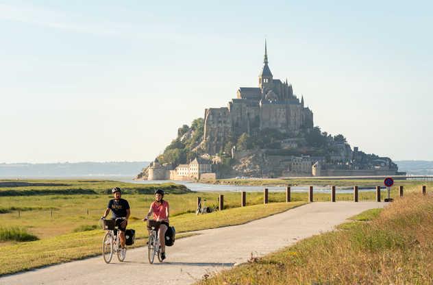 Cyclistes sur la route du Mont Saint-Michel