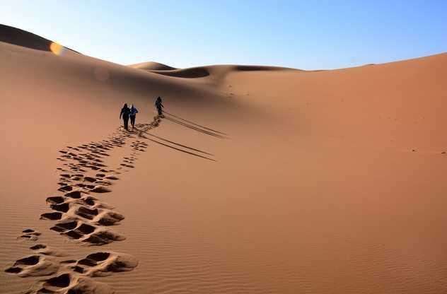 Marcheurs dans les dunes du Drâa, Maroc
