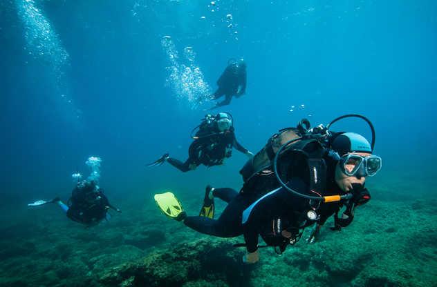 Moniteur et plongeurs, l'exploration en toute sécurité