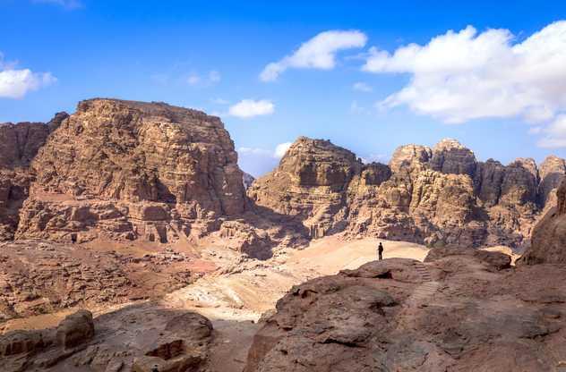 Randonneur dans le désert en Jordanie
