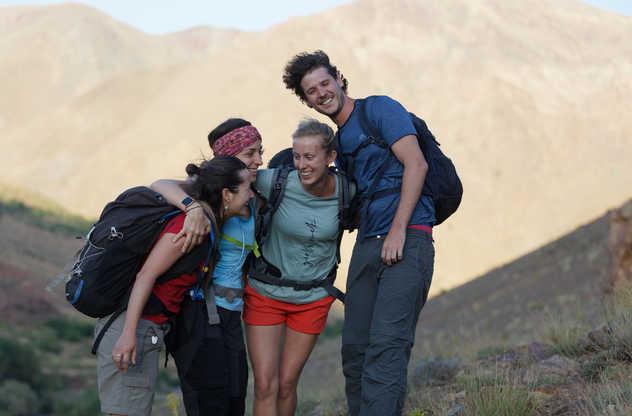 Voyageurs heureux dans le Haut Atlas maroccain