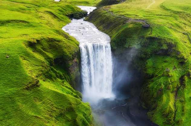 Vue aérienne sur la chute d'eau de Skogafoss en Islande